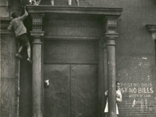 Untitled, New York (kids over doorway)