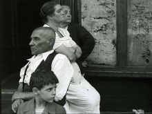 Untitled, Mexico (two women, a man and a boy on stoop), 0, 16,7 x 22 cm / 28 x 35,5 cm
